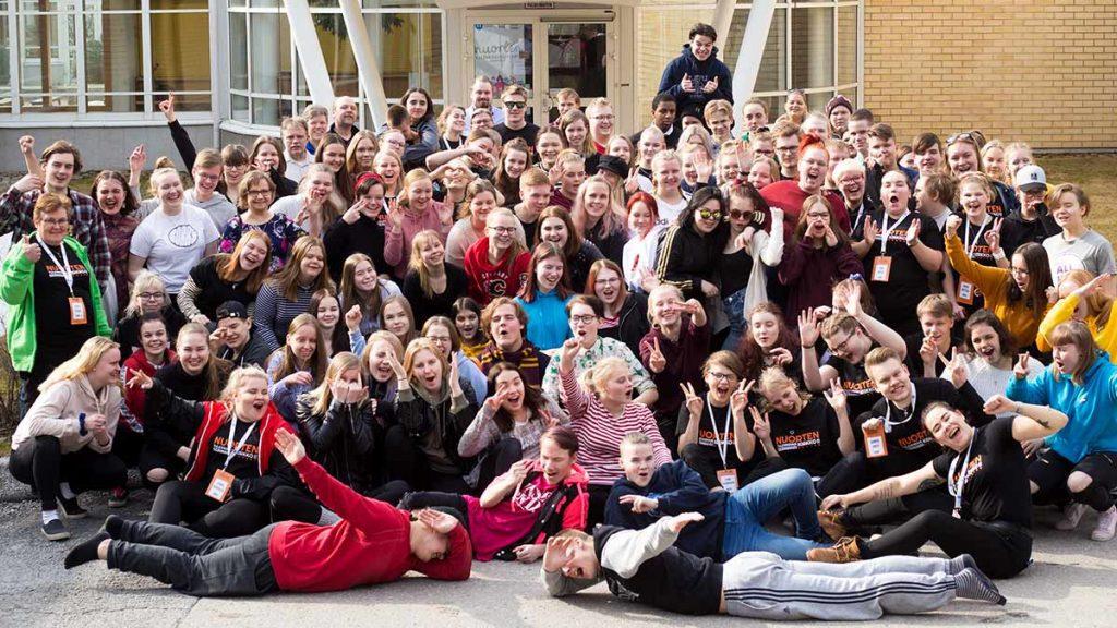 Nuorten tulevaisuus seminaarin osallistujat ryhmäkuvassa.