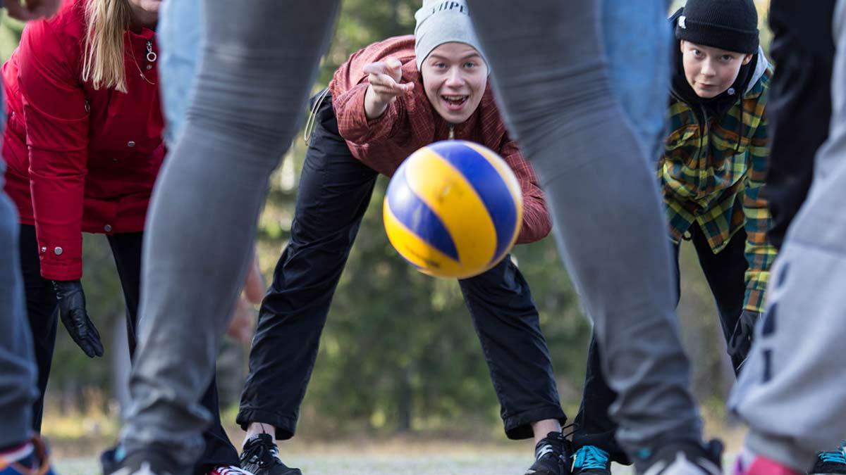 Nuoria pelaamassa pallolla.