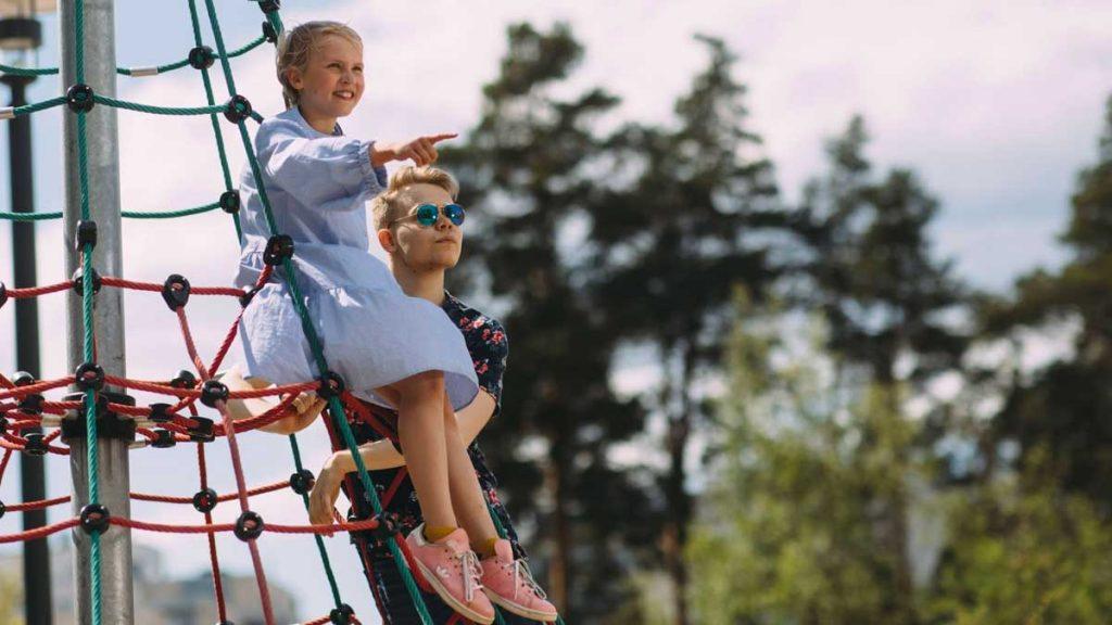 Lapsi ja teini-ikäinen kiipeilytelineellä