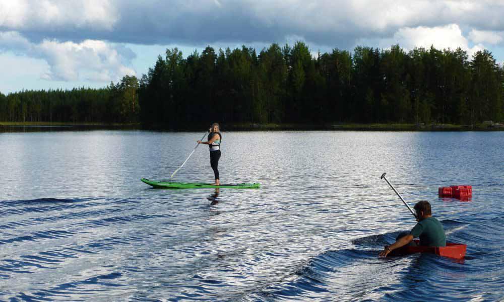 Nuori SUP-laudalla Salvonen-järvellä.