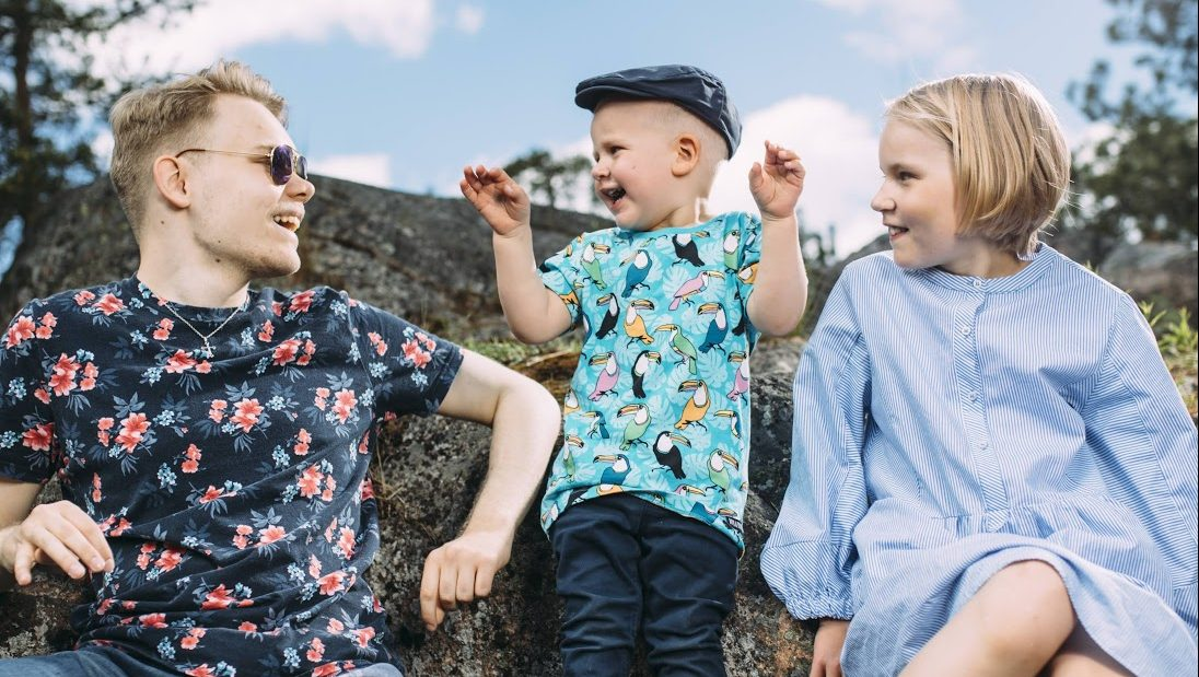 Eri ikäisiä lapsia ja nuoria nauramassa ulkona