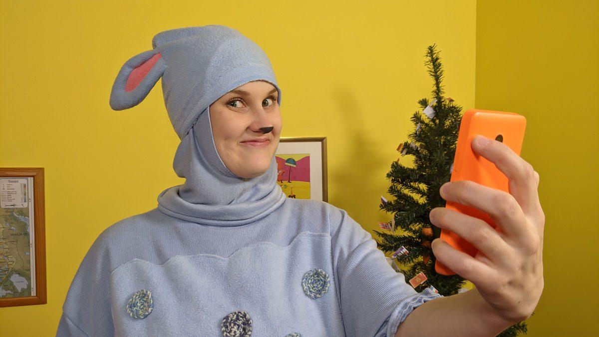 Lastenkirkon Päkä-lammas kännykkä kädessä