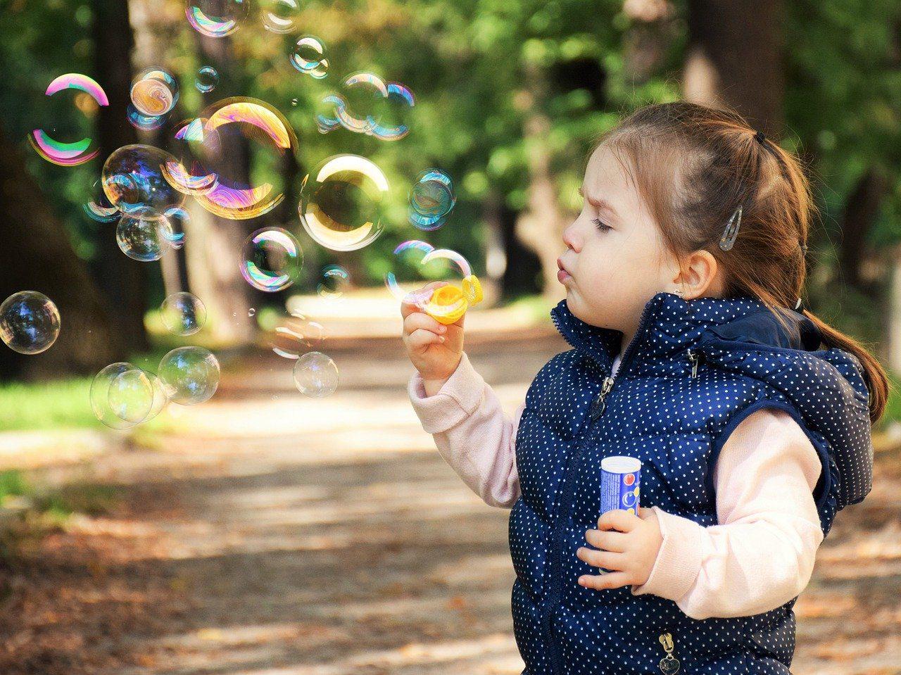 Lapsi puhaltaa saippuakuplia