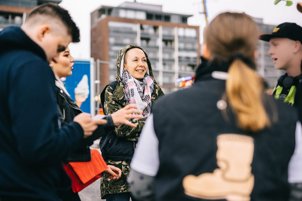 Nuoria juttelemassa Saappaan vapaaehtoisten kanssa ulkona