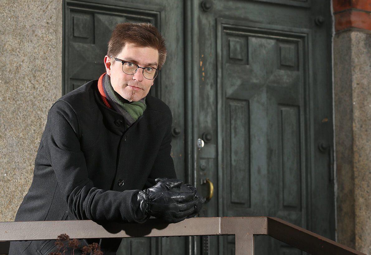 Veli-Matti Salminen nojaa kaiteeseen