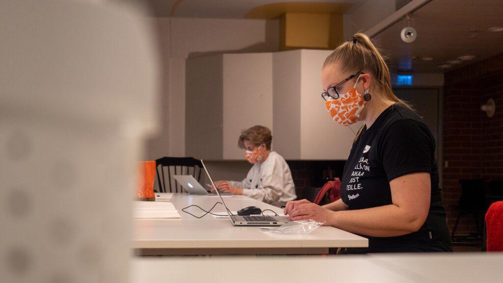 Nettisaappaan päivystäjät läppärien äärellä Saapas-maskit naamalla