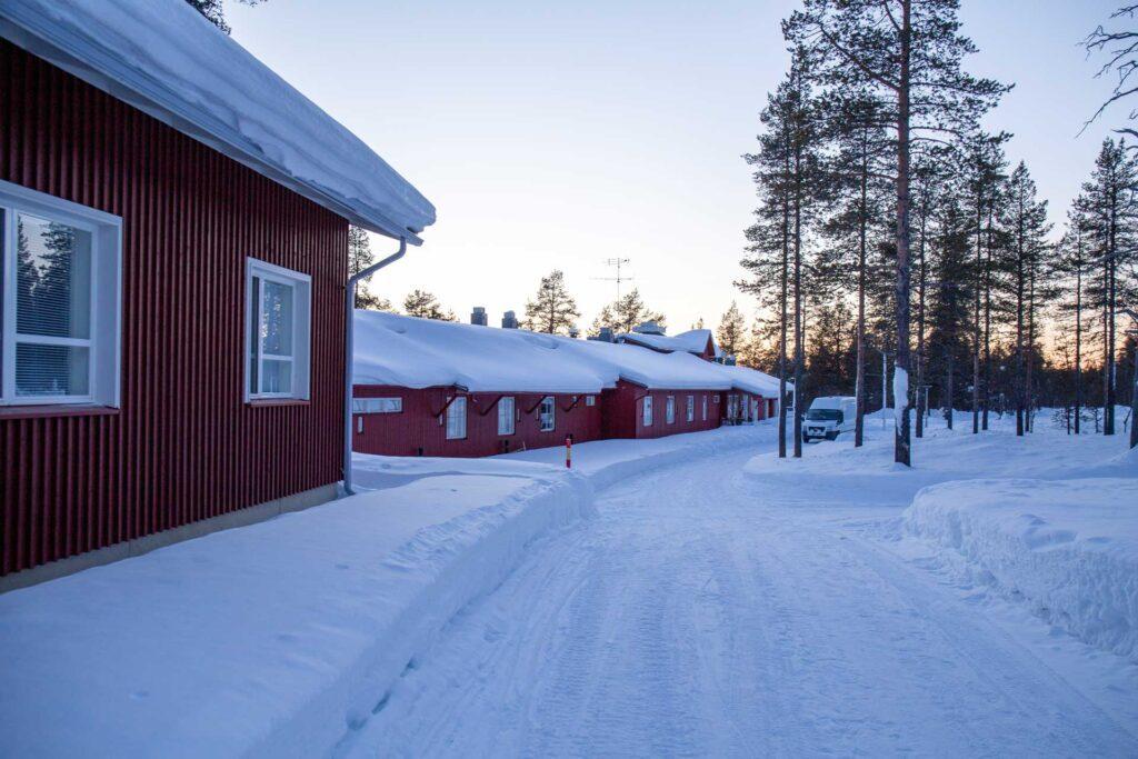 Luminen maisema, oikealla mäntyjä ja vasemmalla Tievatuvan punainen leirirakennus