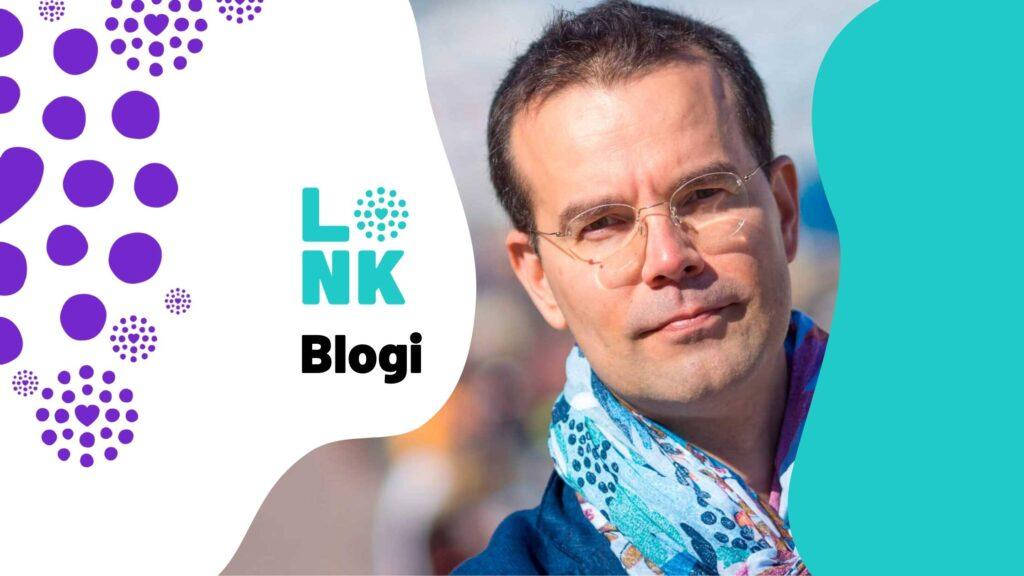 Lasten ja nuorten keskuksen blogibanneri. Keskellä viestintäjohtaja Taneli Heikka, taustalla turkoosia ja violetteja järjestön liikemerkkejä.