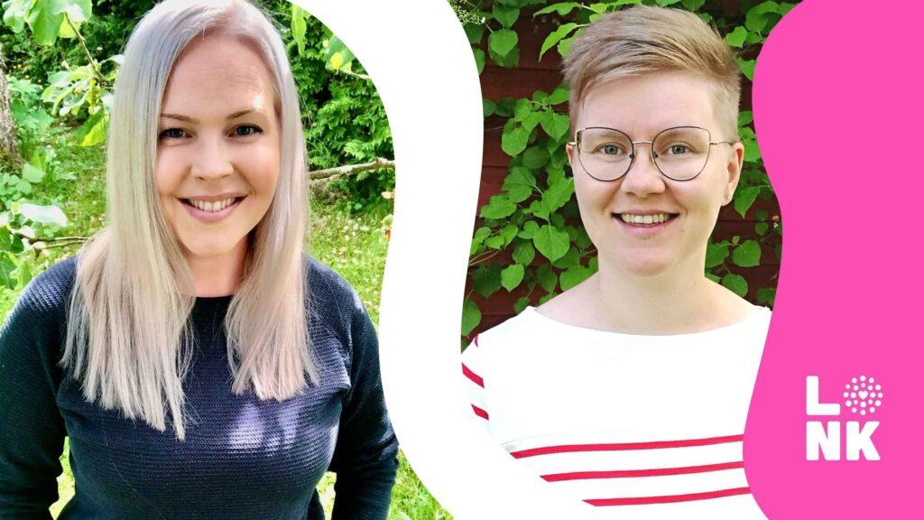 Kaksi hymyilevää nuorta naista ulkona kesäisessä aurinkoisessa maisemassa