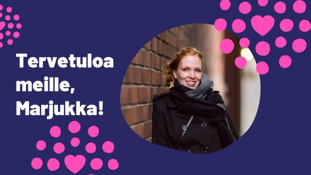 Hymyilevä nainen nojailee tiiliseinään, vieressä teksti Tervetuloa meille, Marjukka!
